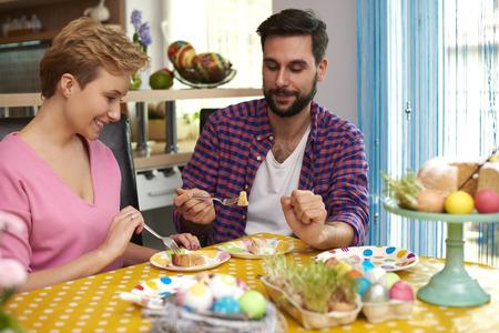 personas comiendo: Pastel casero es el mejor