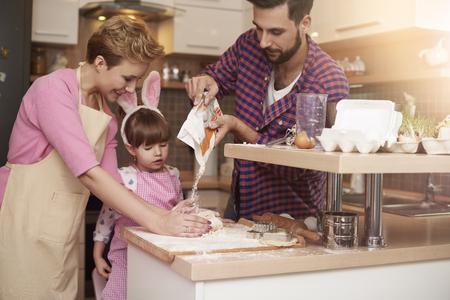 bebes ni�as: El ingrediente m�s importante de la torta Foto de archivo