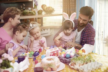 family: Handgemaakte paaseieren geschilderd door het hele gezin
