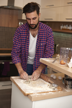 busy beard: Man learning how to make a cake