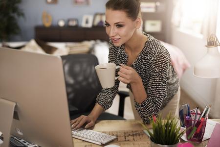 personas trabajando: Una breve pausa para sorbo de café caliente
