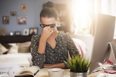 Starke Kopfschmerzen während der Arbeit im Büro
