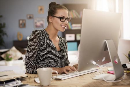 그녀의 컴퓨터 앞에 젊은 여자 스톡 콘텐츠