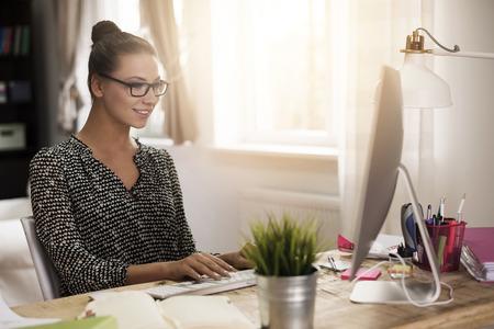 Vrouw die in haar kantoor aan huis
