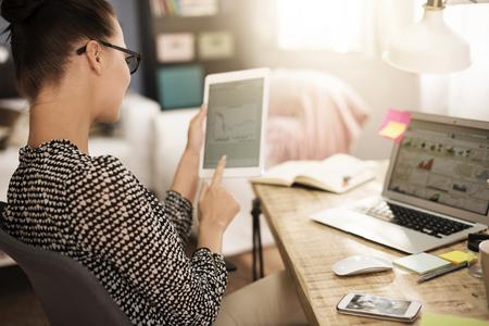 Vrouw het analyseren van een aantal zeer belangrijke data