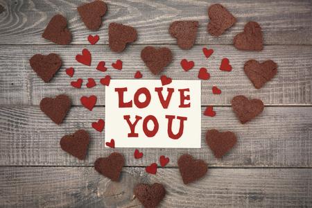 love letter: Carta de amor en medio de corazones de chocolate Foto de archivo