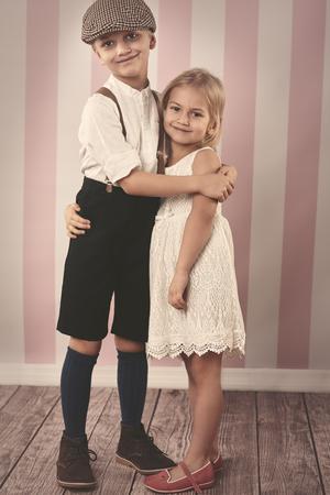 nene y nena: Cuadro retro del estilo de los ni�os lindos Foto de archivo