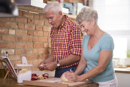 mujer alegre: tarta de manzana casera al horno por una pareja de alto nivel