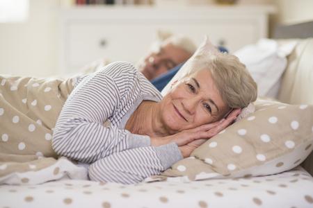 couple sleeping: Despertar a la mujer y su marido detrás
