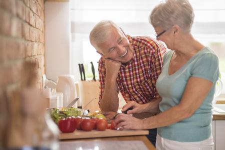 Cocinar a la mujer y su marido alegre