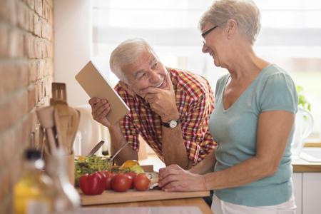dos personas platicando: tiempo de pareja gasto mayor moderna en la cocina Foto de archivo