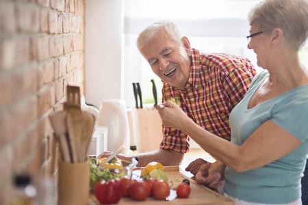 utencilios de cocina: la cena de muestreo hombre cocinada por su esposa