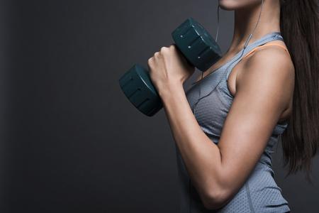 muscle training: Starke Frau schwere Hantel tragen