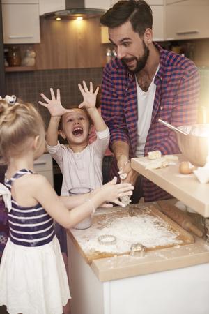 niños riendose: emociones muy positivas, mientras que pasar tiempo con el padre