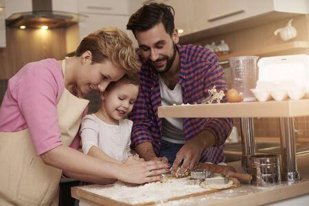 bebes ni�as: Kid le encanta pasar tiempo con sus padres en la cocina