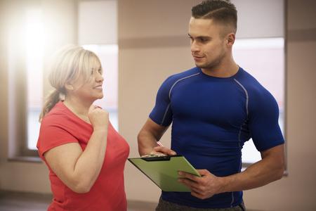 aide � la personne: Workout avec canap� � un club de fitness
