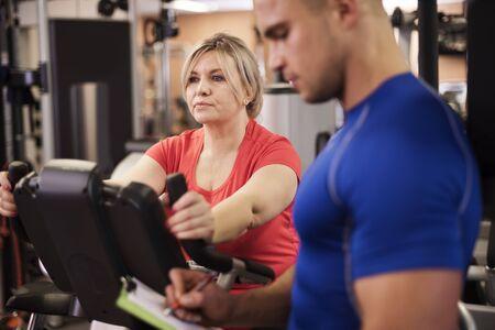 hombre deportista: Entrenamiento con entrenador personal