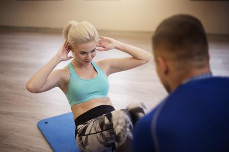 sit: Sit ups on exercise mat