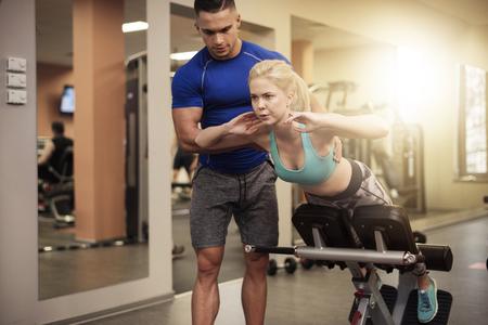 sit: Sit ups on exercise machine