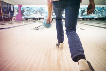empujando: Hombre que empuja la bola de bolos