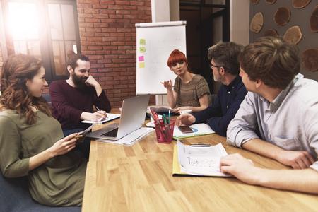 Conferentie van commercieel team op het kantoor