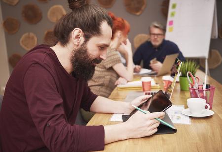 hombre con barba: hombre de la barba de trabajo en la oficina