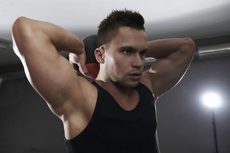 Das Training mit einem Medizinball hinter dem Kopf Standard-Bild