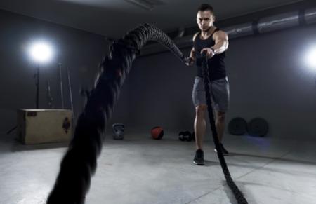 Battle touwen uit te oefenen in de garage