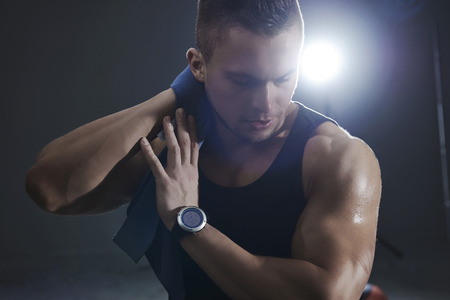 cansancio: hombre sudoroso durante el entrenamiento en el gimnasio