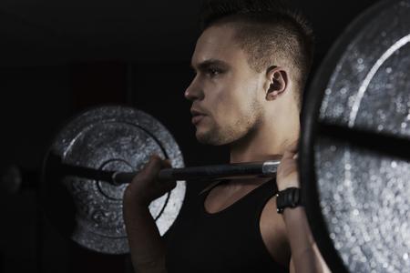 cansancio: hombre centrado elevaci�n pesada barra
