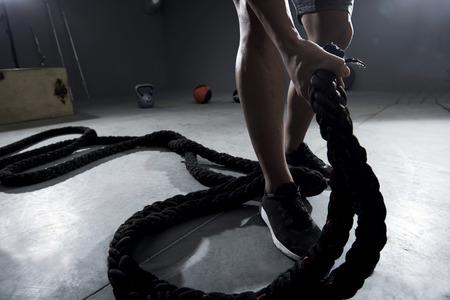 cansancio: hombre fuerte tirando de las cuerdas pesadas
