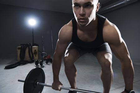 levantar pesas: Vista frontal del hombre levantando algunos pesos