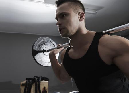 cansancio: barra de gran peso sobre los hombros humanos
