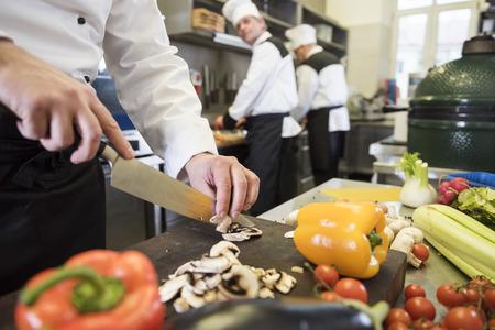 Chef hakken veelkleurige verse groenten Stockfoto