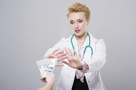 doctor with money: Doctor does not accept the bribe