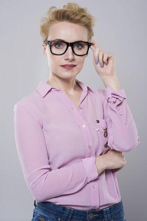 cabello corto: mujer de pelo corto en ropa casual