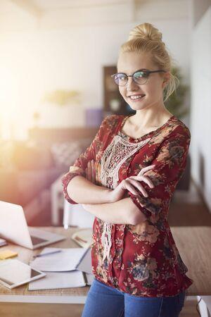 trabajando en casa: Retrato de mujer que trabaja en casa Foto de archivo