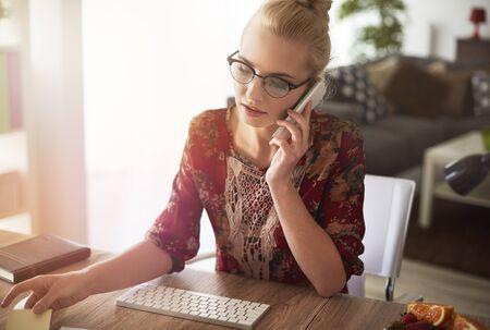 trabajando en casa: Profesional independiente que trabaja en casa, en la oficina