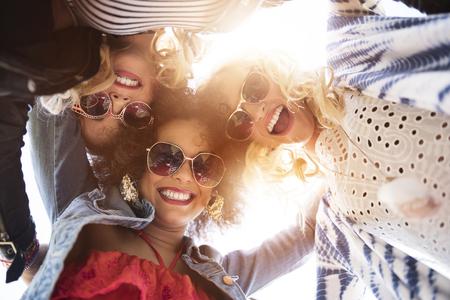 niñas sonriendo: Mejores amigos finalmente se reunieron Foto de archivo