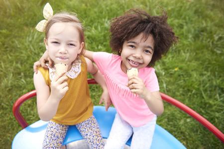 comiendo helado: Yo y mi amigo como el helado Foto de archivo