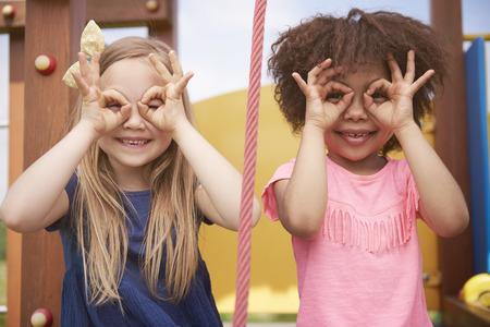 niños sonriendo: Tiempo divertido con el mejor amigo