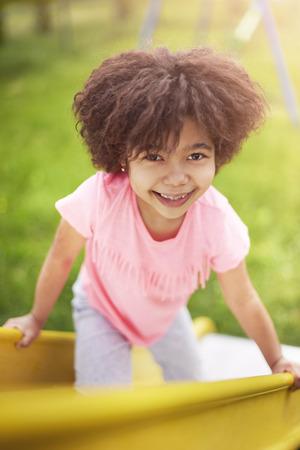 Leuk Afrikaans meisje op de speeltuin