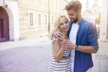 Blonde Frau und Mann auf der Stadtstraße
