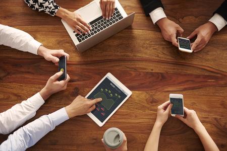 Menselijke handen met hedendaagse technologie Stockfoto