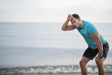 cansancio: Hombre cansado después del jogging