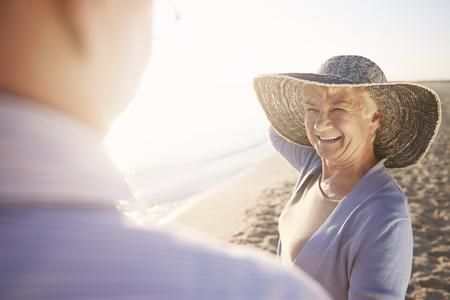 Bescherming tegen sterke zon op het strand Stockfoto