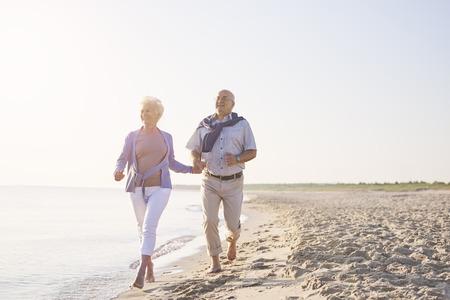 Vital senioren op het strand