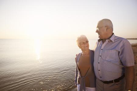 ancianos felices: Las personas mayores que pasan el tiempo junto al mar