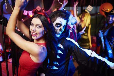 파티에서 춤을 추는 커플 스톡 콘텐츠