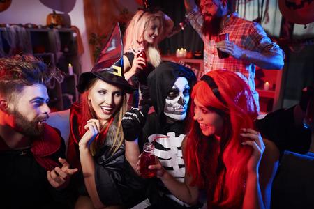 Vrienden in kostuums op het feest Stockfoto